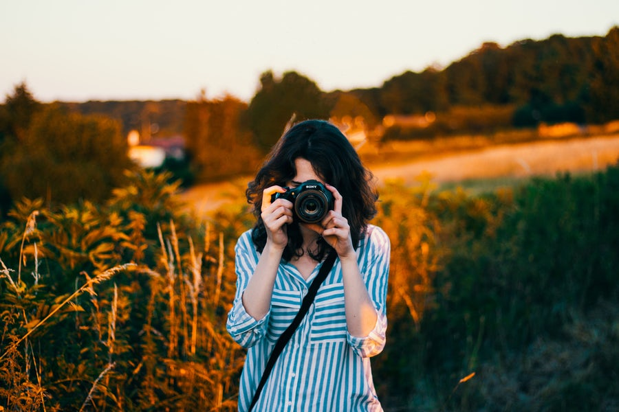 free online digital photography tutorials girl holding camera