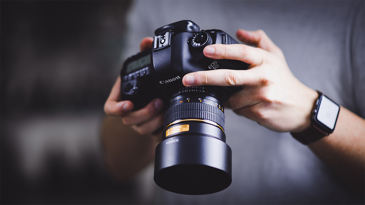 free online digital photography tutorials man holding camera